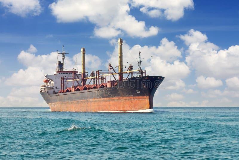 Vrachtschip bij open zee stock afbeeldingen
