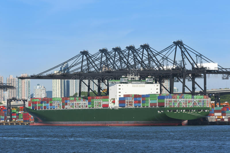 Vrachtschip in containerhaven royalty-vrije stock foto's
