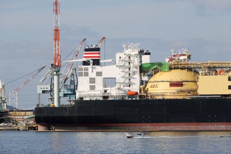 Vrachtschip dat in de haven wordt gedokt stock afbeelding