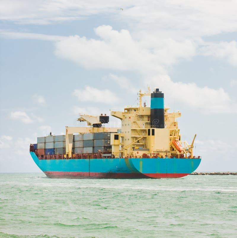 Vrachtschip dat met containers wordt geladen royalty-vrije stock afbeeldingen