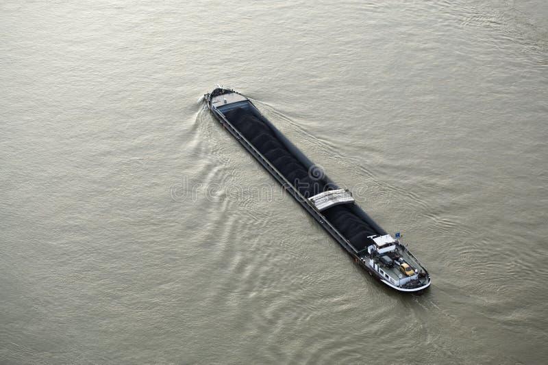 Vrachtschip dat met steenkool op de rivier Rijn wordt gevuld royalty-vrije stock afbeeldingen