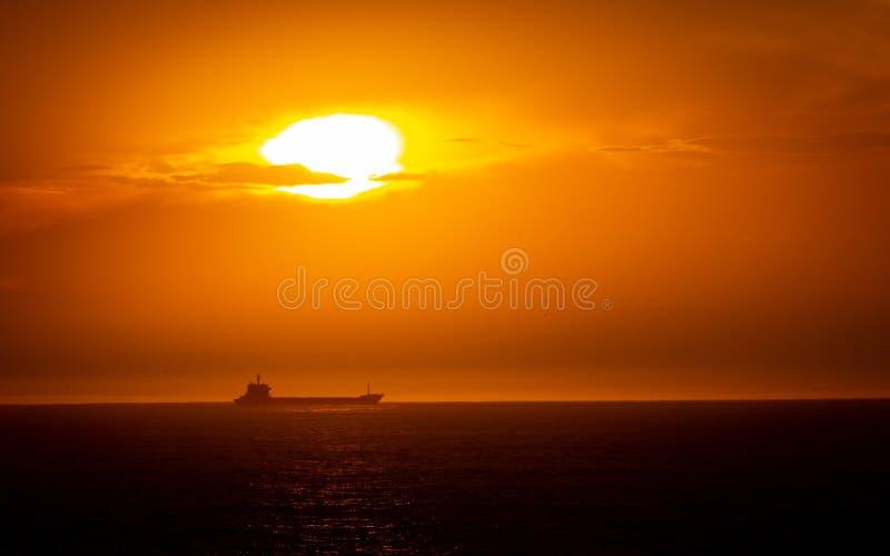 Vrachtschip in de Horizon stock foto's