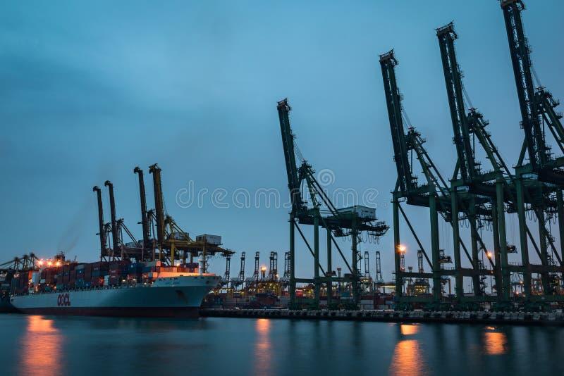 Vrachtschip die bij Keppel-Baai dokken stock foto