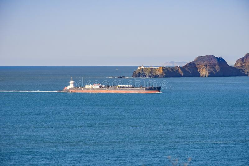 Vrachtschip die de baai van San Francisco voorbereidingen treffen in te gaan; in het achtergrondpunt Bonita Lighthouse, Californi royalty-vrije stock foto