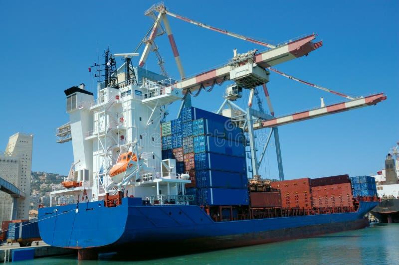 Vrachtschip in een haven royalty-vrije stock afbeelding