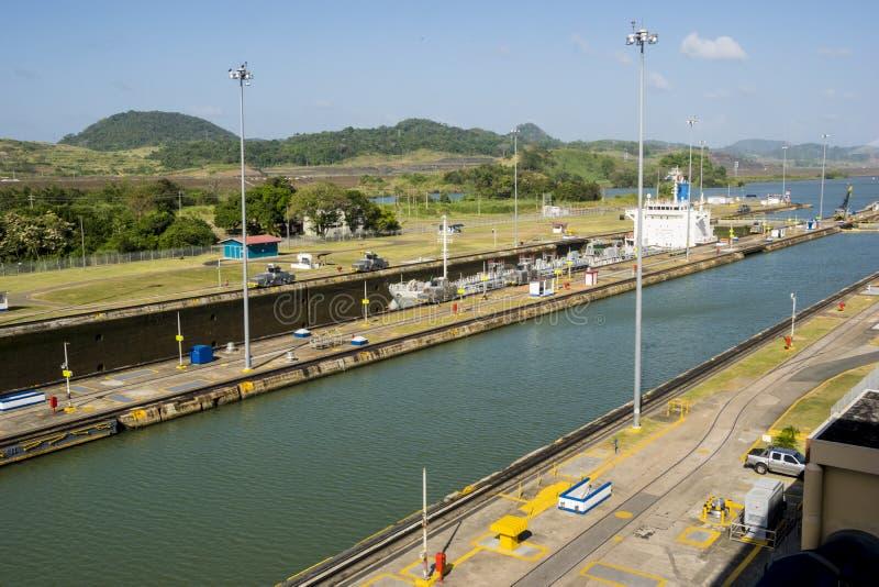 Vrachtschip in eerste slot bij het Kanaal dat van Panama wordt verminderd stock afbeeldingen