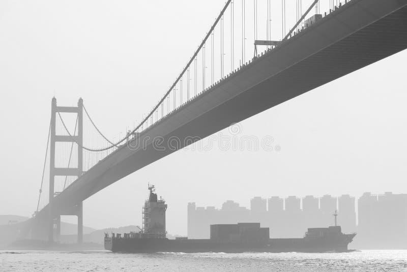 Vrachtschip en Brug stock afbeeldingen
