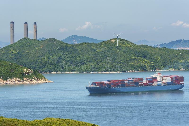 Vrachtschip en elektrische centrale royalty-vrije stock fotografie