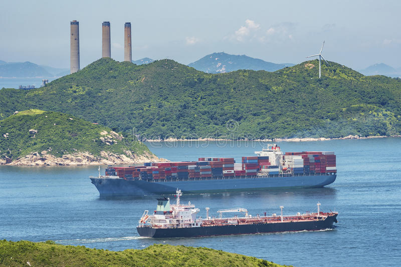 Vrachtschip en olietanker stock afbeelding