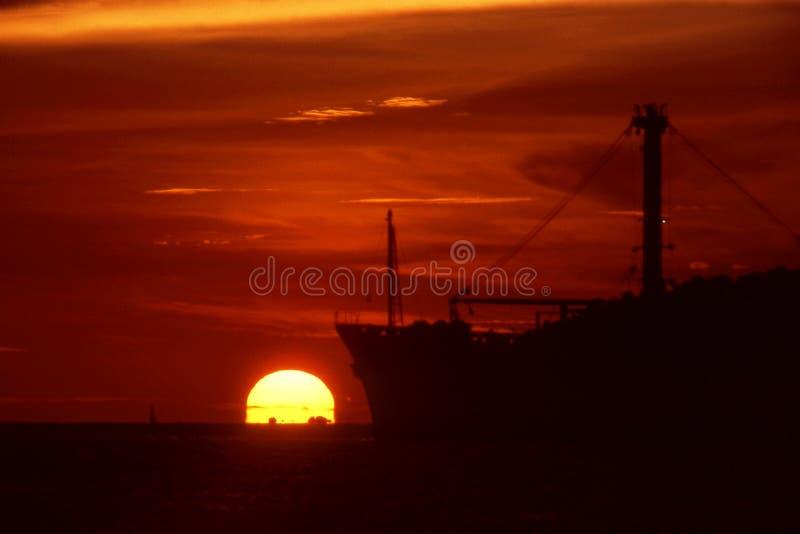 Vrachtschip en zonsondergang. royalty-vrije stock foto's