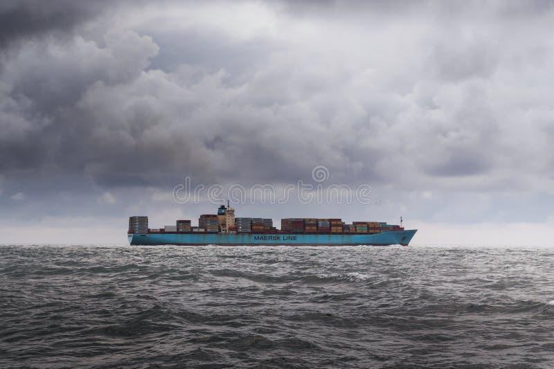 Vrachtschip in grijze wateren