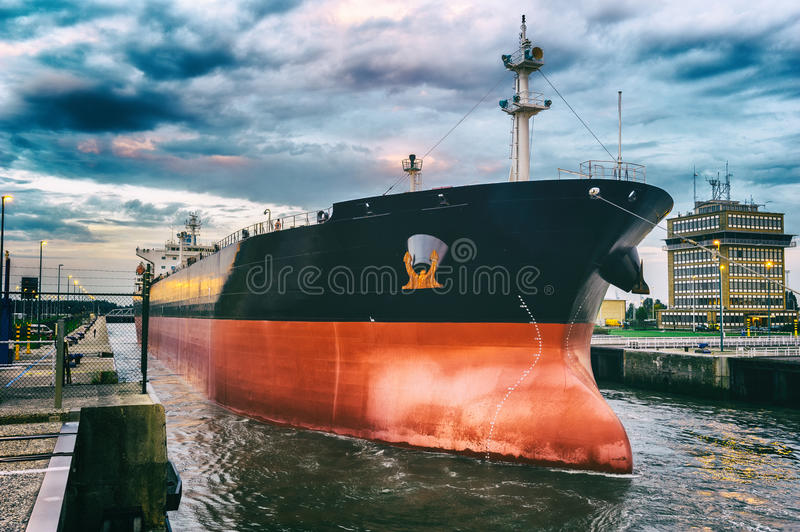 Vrachtschip in haven stock fotografie