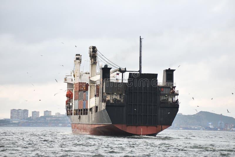 Vrachtschip in havenemblemen en brandnames systematisch verwijderd royalty-vrije stock afbeelding
