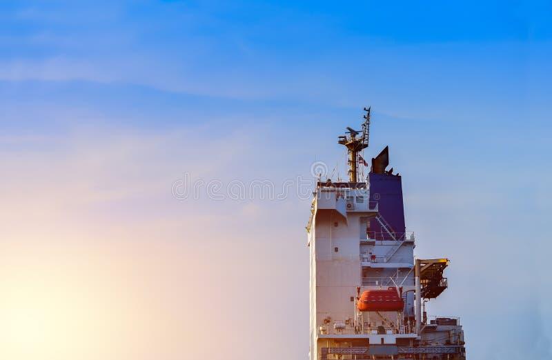 Vrachtschip met aanpassingsdek en brugdek stock afbeelding