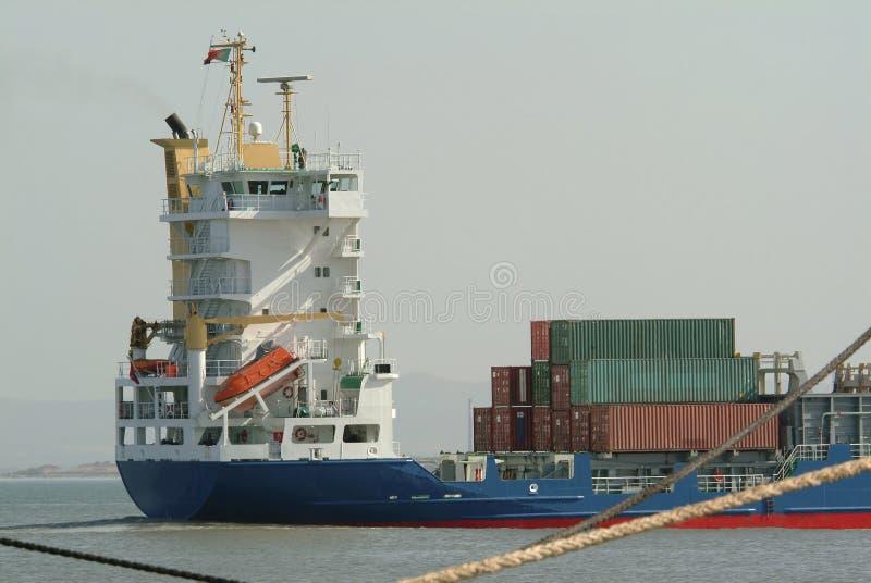 Vrachtschip met containers stock afbeeldingen