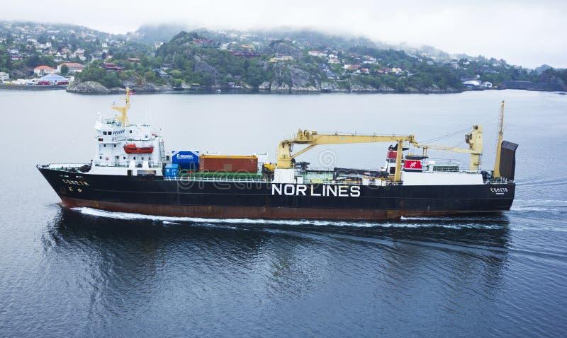 Vrachtschip dichtbij Bergen stock afbeeldingen