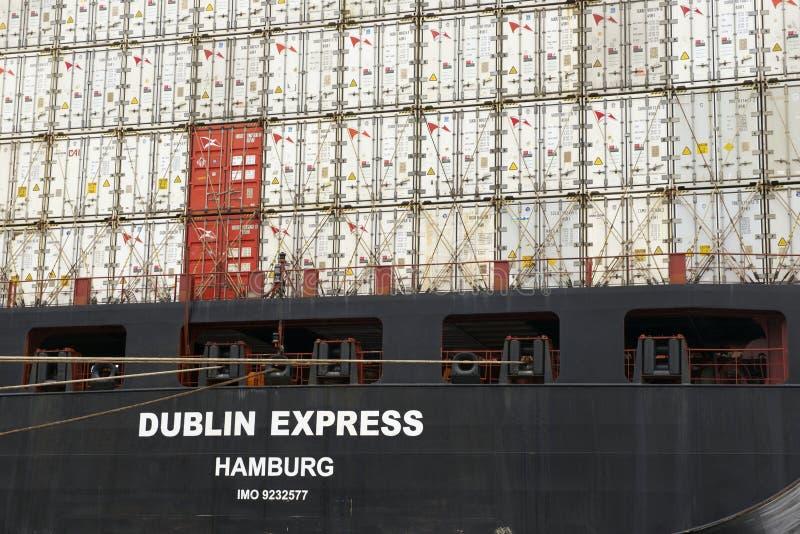 Vrachtschip met containers in Valparaiso-haven, Chili wordt geladen dat royalty-vrije stock afbeeldingen