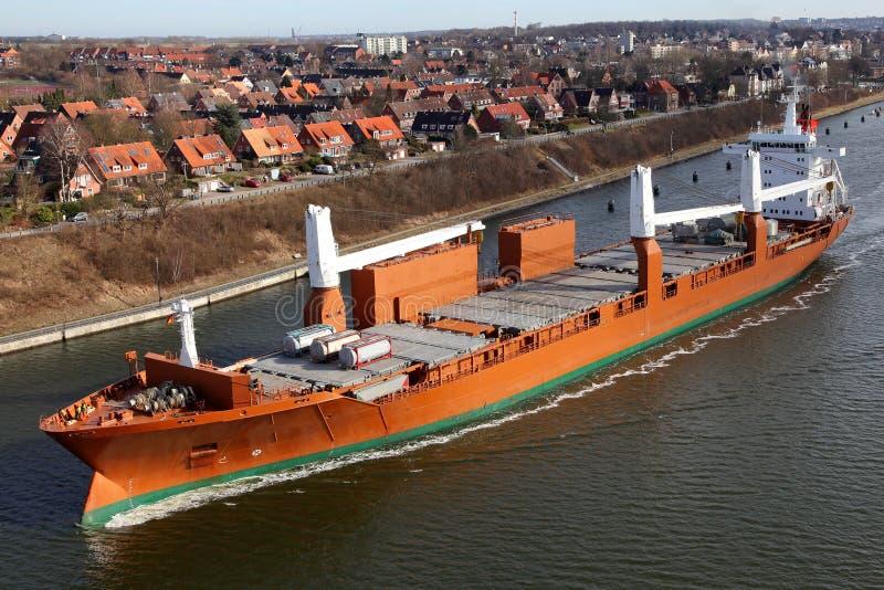 Vrachtschip met kranen op het Kanaal van Kiel royalty-vrije stock fotografie