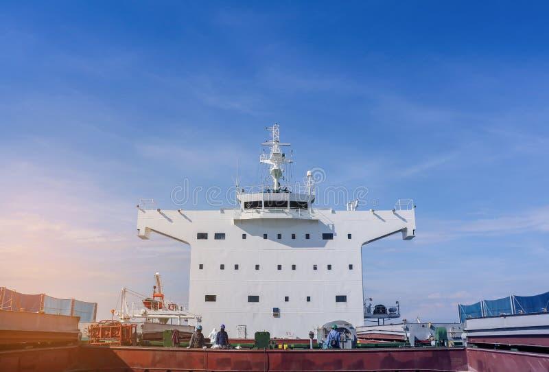 Vrachtschip met navigatiebrugdek stock foto