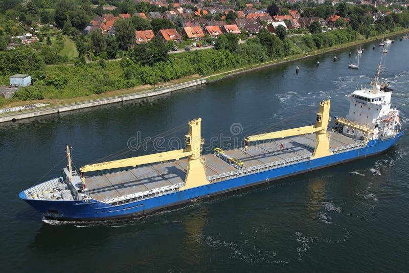 Vrachtschip met schipkranen op Kiel Canal stock foto