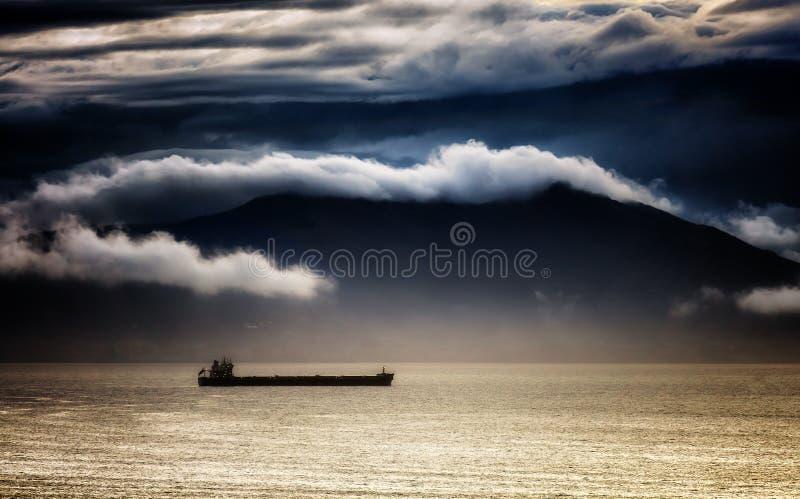 Vrachtschip met stormachtig weer royalty-vrije stock foto