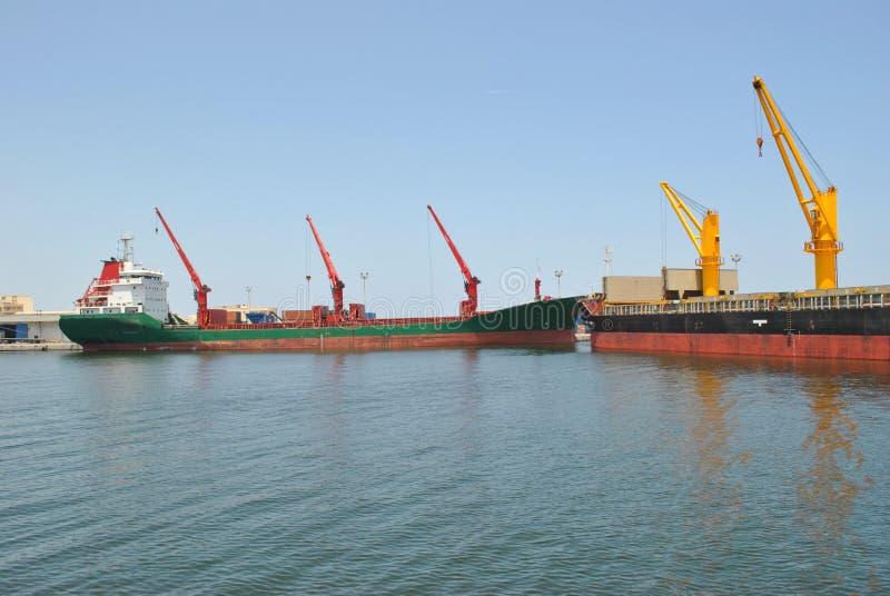 Vrachtschip met torenkranen stock afbeeldingen