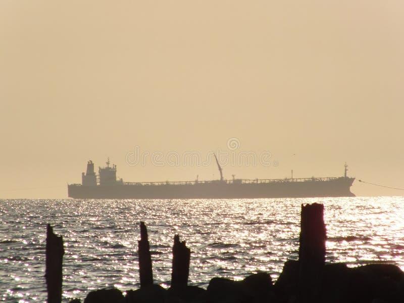 Vrachtschip op het overzees stock fotografie