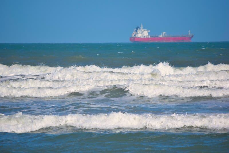 Vrachtschip op Horizon royalty-vrije stock foto's