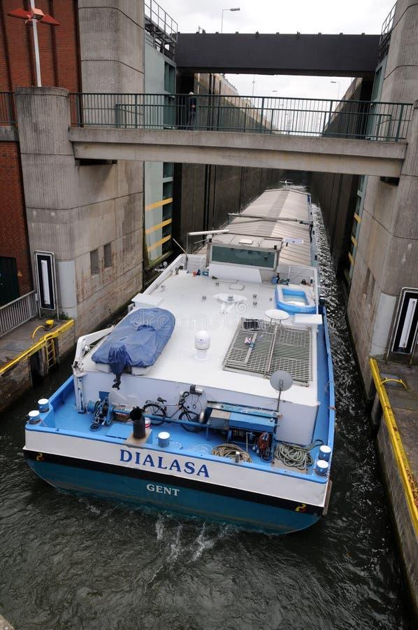 Vrachtschip in rivierslot stock fotografie
