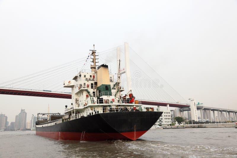 Vrachtschip in Shanghai, China royalty-vrije stock foto's