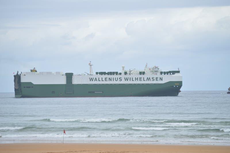 Vrachtschip van Wallenius-Lijnen die de Baai kruisen die van Somo naar Santander gaat 24 augustus, 2013 Santander, Cantabrië Vaka royalty-vrije stock fotografie