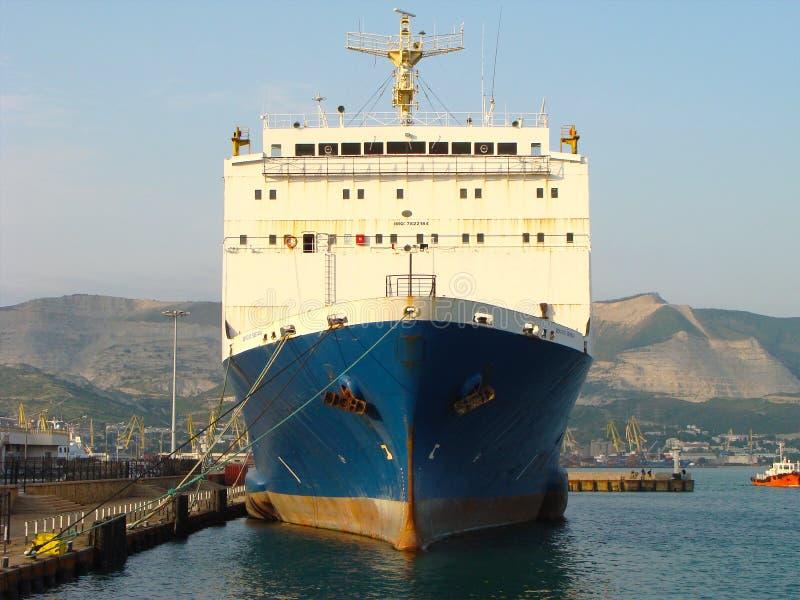 Vrachtschip in zeehaven in Rusland royalty-vrije stock foto