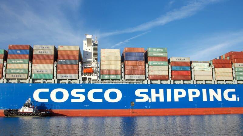 Vrachtschipcosco SCHERF HIMALAYAGEBERGTE die in de Haven van Oakland manoeuvreren royalty-vrije stock foto's