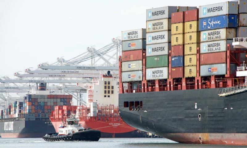Vrachtschipdoctorandus in de exacte wetenschappen BRUNELLA die bij de Haven van Oakland aankomen stock afbeeldingen