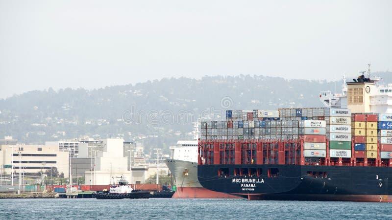 Vrachtschipdoctorandus in de exacte wetenschappen BRUNELLA die bij de Haven van Oakland aankomen royalty-vrije stock afbeeldingen