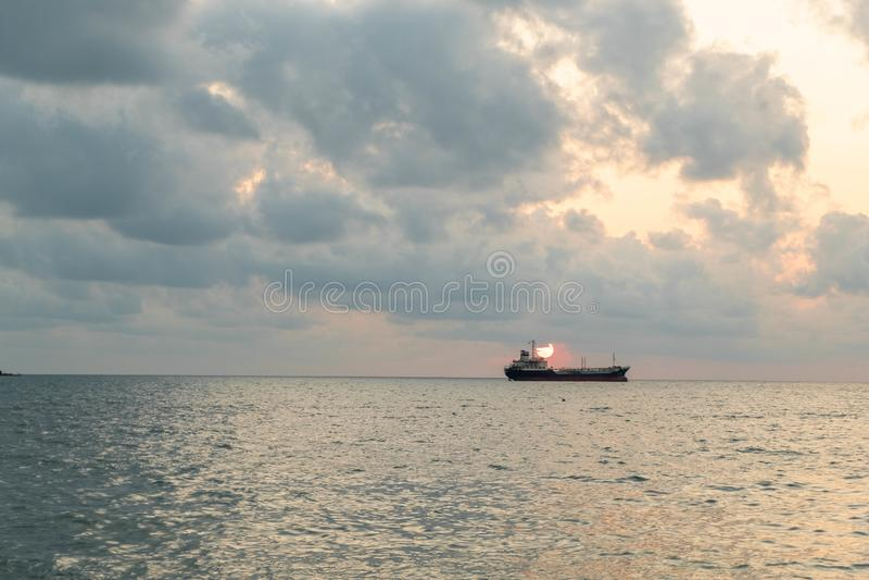 Vrachtschippark op de oceaan royalty-vrije stock fotografie