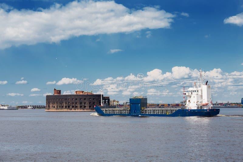 Vrachtschippassen door het fort van Alexander dichtbij Kronstadt, Rusland stock foto's