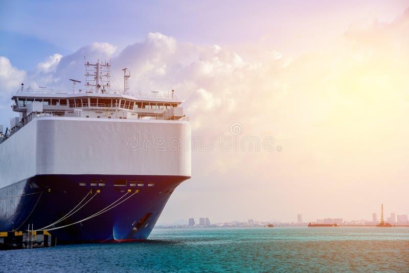 Vrachtschipschip in haven stock fotografie