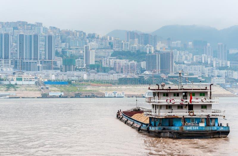 Vrachtschipzeilen op de Rivier Yangtze royalty-vrije stock afbeeldingen