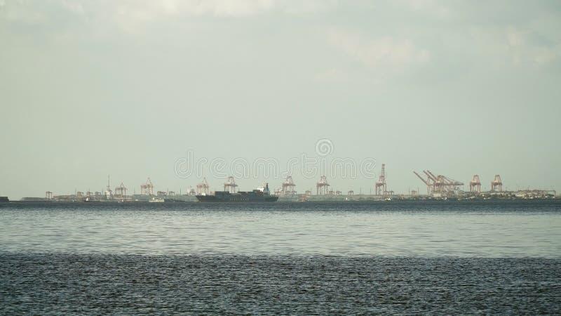 Vrachtschipzeilen op het Overzees Filippijnen, Manilla stock afbeeldingen