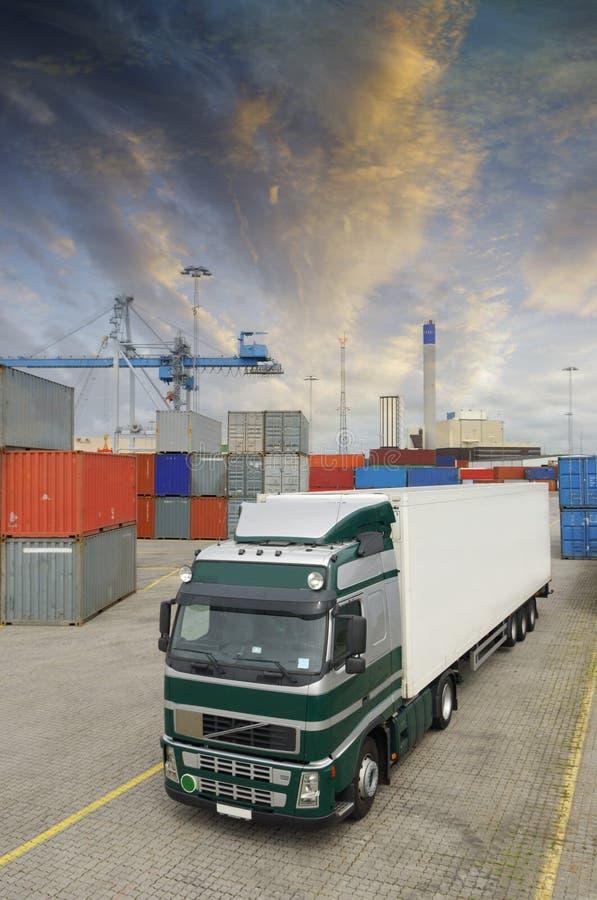 Vrachtwagen in bezige container-haven stock foto's