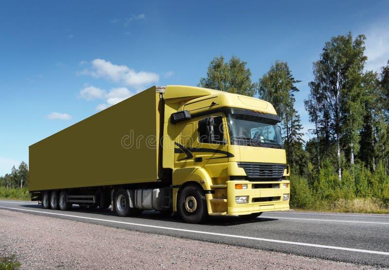 Vrachtwagen bij de landweg stock fotografie