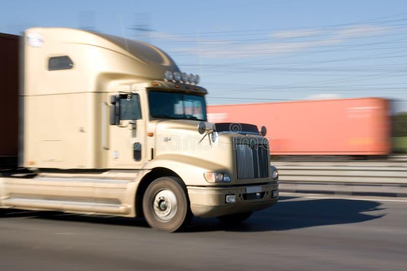 Vrachtwagen bij een snelheid