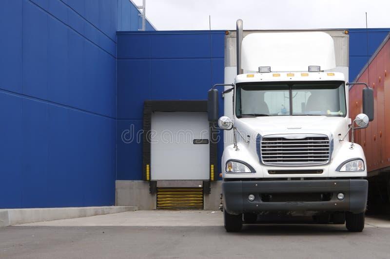 Vrachtwagen bij het Dok van de Lading stock afbeelding