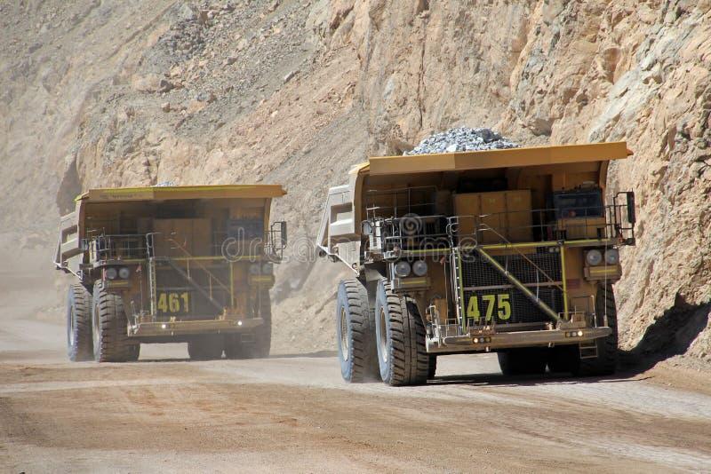 Vrachtwagen in Chuquicamata, de grootste mijn van het de open kuilkoper van de wereld, Chili stock afbeeldingen