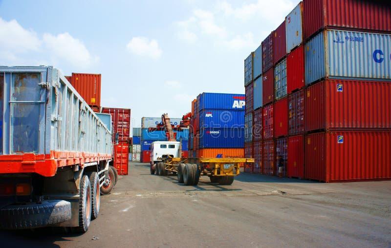 Vrachtwagen, de container van de aanhangwagenlading bij de haven van Vietnam royalty-vrije stock afbeelding