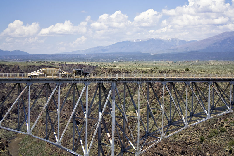 Vrachtwagen die de brug boven Rio Grande drijft royalty-vrije stock fotografie