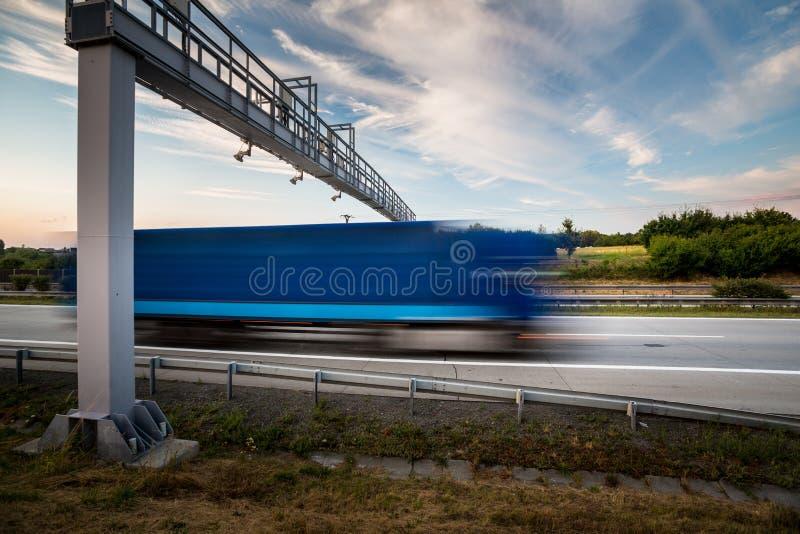 Vrachtwagen die door een tolpoort overgaan op een weg royalty-vrije stock afbeelding
