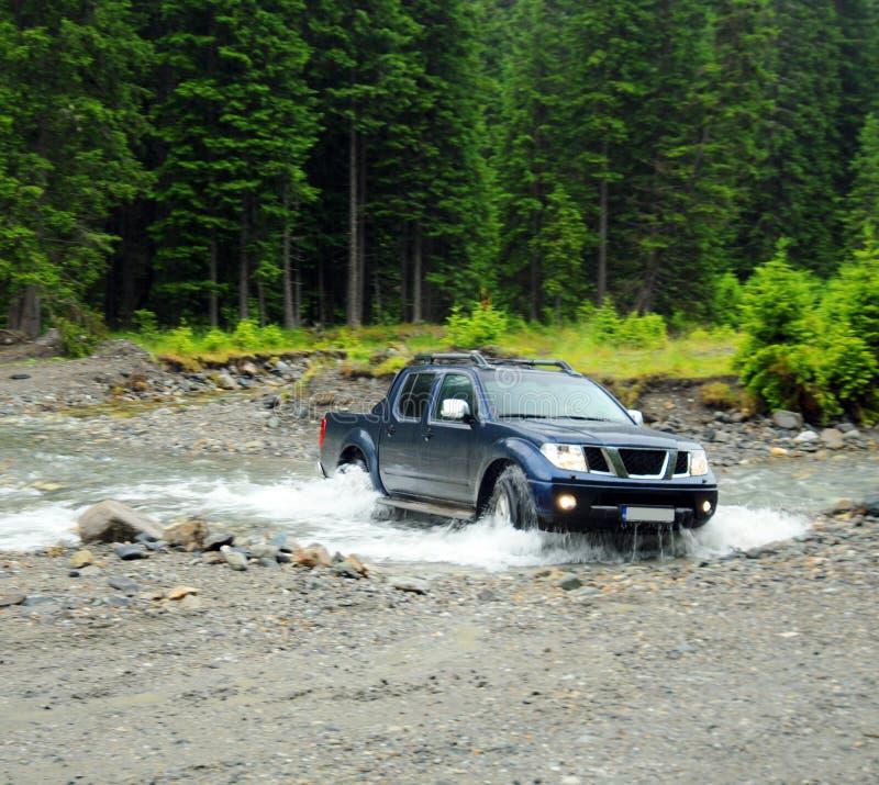 Vrachtwagen die een rivier kruist stock afbeeldingen