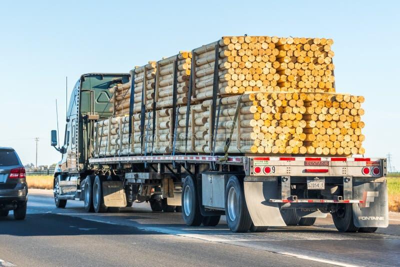 Vrachtwagen die gepelde logboeken vervoeren royalty-vrije stock afbeeldingen